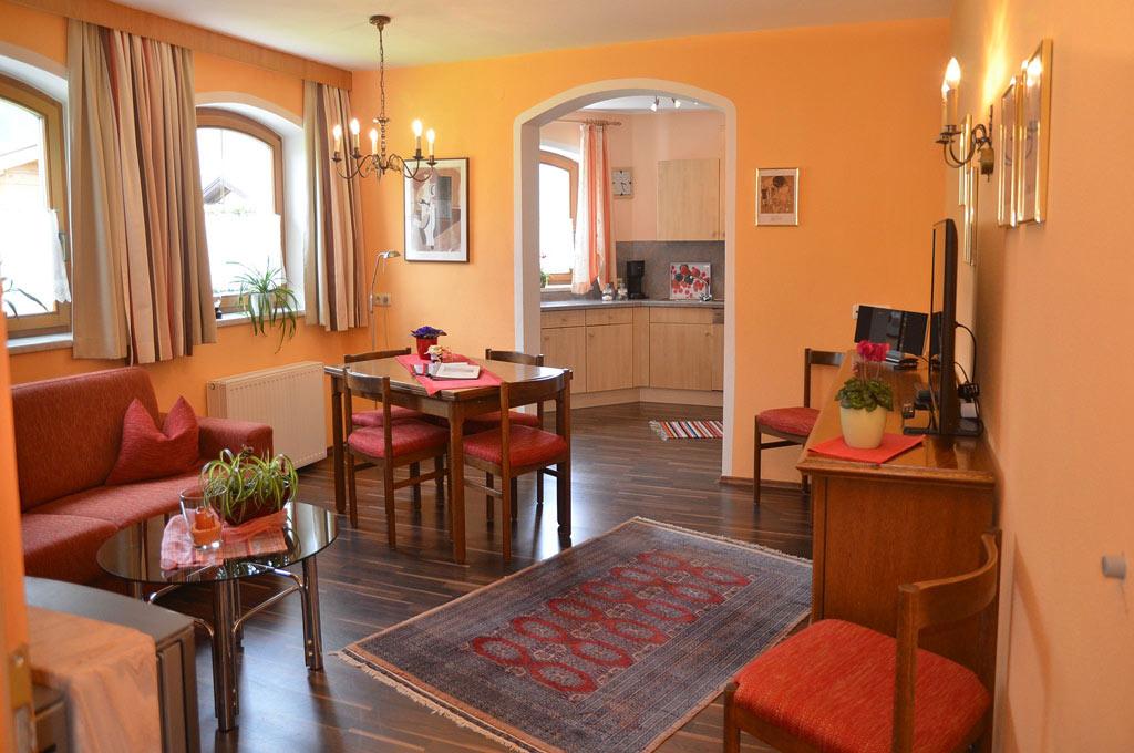 ... Stubai_Serles_großzugiger Wohnbereich Mit Essecke Und Durchgang Zur  Kuche.